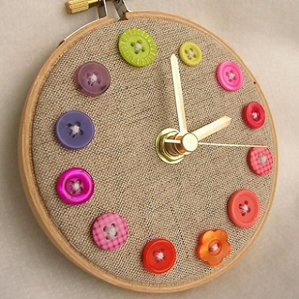 Relógio feito artesanalmente com botões e linho.
